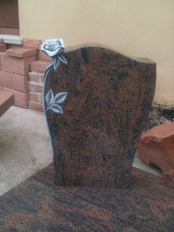Grabanlage aus Granit Barap poliert mit Rose